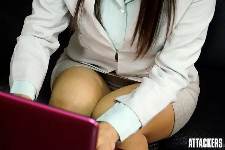 ATID-376:脱下来裤袜怎么在抽屉里?凛音桃花被社长侵犯了!