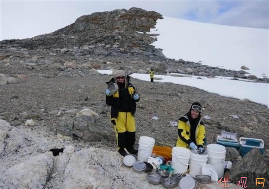 新南威尔斯大学的研究人员在南极收集砂土,以雨量来看,南极是高原型的寒漠。 (图/新南威尔斯大学)